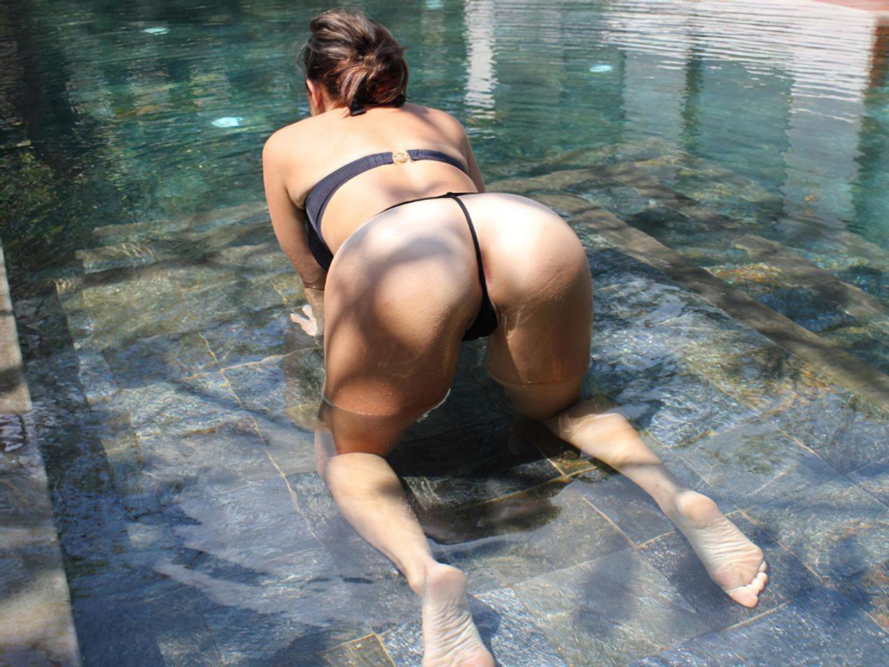 Mulher Relaxando Piscina (1)